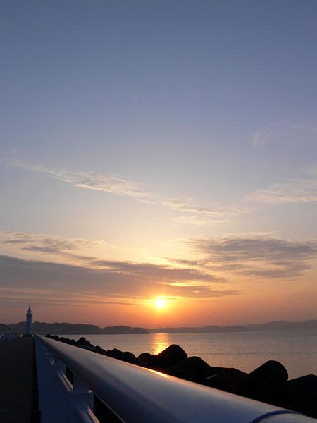 江ノ島から朝日を望む